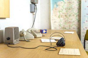 Telefone auf einem Schreibtisch im Bunker unter dem Campus Dieburg der Hochschule Darmstadt
